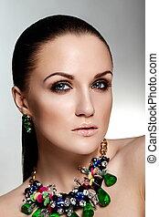 mode højeste, look.glamor, closeup, portræt, i, smukke, sexet, brunette, kaukasisk, ung kvinde, model, hos, sunde, hår, makeup, hos, perfekt, rense, hud, hos, grønne, medskyldige, jewelery