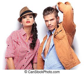 mode, jeune couple, regarder appareil-photo
