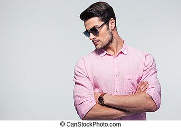 mode, jonge man, in, bril, het staan klaar, grijze achtergrond