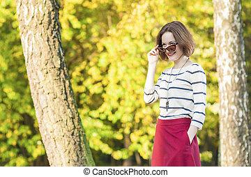mode, levensstijl, positief, moderne, concepts:, brunette, het poseren, bos, vrouwlijk, herfst, zonnebrillen, het glimlachen, buitenshuis, kaukasisch