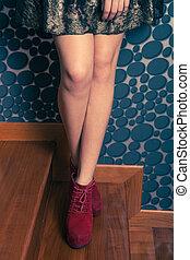 mode, meisje, in, hoge hiel, rode schoenen, binnen