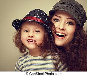 mode, moeder, en, geitje, meisje, vrolijke , toothy, lachen, in, modieus, caps., ouderwetse , closeup, verticaal