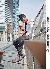mode, porträt, von, stilvoll, junger, afrikanischer mann, rauchende zigarette