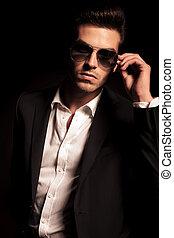 mode, sexy, jeune homme, mettre, sien, lunettes soleil