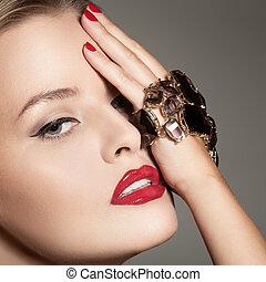 mode, stående, av, vacker, lyxvara, kvinna, med, smycken