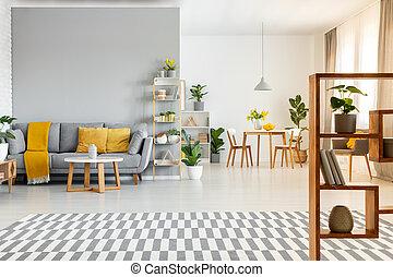 modelé, moquette, et, table, dans, spacieux, appartement, intérieur, à, jaune, coussins, sur, gris, couch., vrai, photo