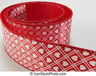 modelé, ruban rouge