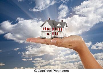 model, hus, ind, kvindelig ræk, på, himmel, baggrund