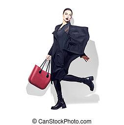 model, kvinde, sko, fashionable, klæder, hvid coat, sort, baggrund., længde, fulde, poser, bag, trendy, portræt, pige, studio., henkastet, firmanavnet