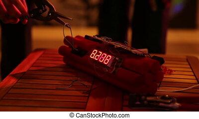 Workout bomb disposal with a clockwork mechanism