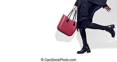 model, vrouw, schoentjes, modieus, kleren, overhemden, black , achtergrond., lengte, volle, het poseren, zak, modieus, verticaal, meisje, studio., ongedwongen, stijl