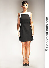 modella, posato, su, luce, fondo, in, vestito nero