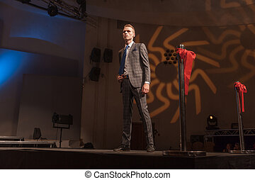 modello, standing, durante, maschio, mostra, moda, passerella