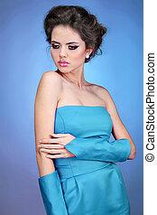modelo, atractivo, mujer en vestido, en, azul, brillante, plano de fondo