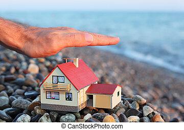 modelo de la casa, con, garaje, en, pedregoso, playa, en, tarde, man\'s, mano