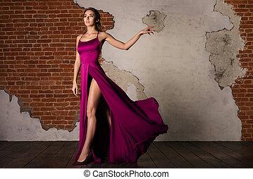 modelo, em, elegante, vestido, mulher, posar, em, voando, pano seda, waving, ligado, vento, beleza, moda, retrato