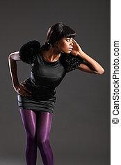 modelo, en, púrpura, mallas, vestido negro