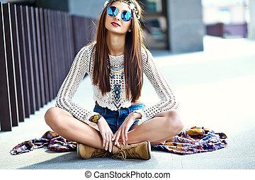 modelo, hippie, hipster, engraçado, jovem, sorrindo, branca, verão, excitado, rua, roupas, mulher, posar, bonito, elegante
