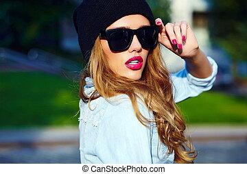 modelo, look.glamor, moda, estilo vida, shorts, boné, calças brim, mulher, alto, pano, rua, pretas, loura, ao ar livre, menina, casual, óculos