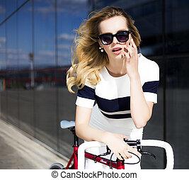 modelo moda, em, óculos de sol, poses, perto, bicicleta, otdoors