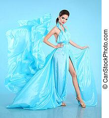 modelo moda, em, azul, soprando, chiffon, dress., glamour, impressionante, mulher, em, longo, voando, tecido de seda, waving, ligado, vento, noite, dress.