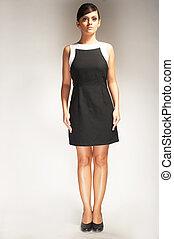 modelo moda, posado, ligado, luz, fundo, em, vestido preto