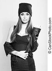 modelo, mujer, posar, llevando, sombrero, y, abrigo negro