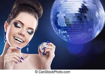 modelo, mulher, moda, manicured, coloridos, beleza, brilhar, sobre, maquilagem, club., prego, luzes, bola, portrait., make-up., noturna, sorrindo, discoteca, partido., menina, feliz