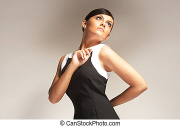 modelo, posó, en, luz, plano de fondo, en, vestido negro