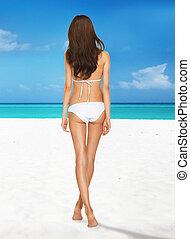 modelo, posar, em, biquíni branco, praia