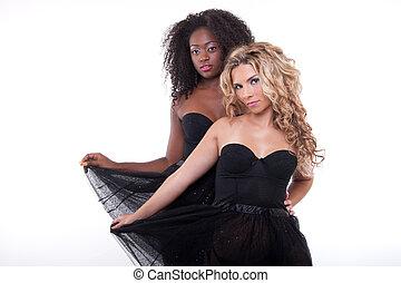 modelos, dos, hembra negra, vestido, transparente