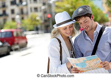 moderní, young kuplovat, do, město, s, touristic, mapa