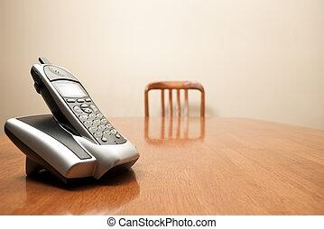 modern, drahtloses telefon, sitzen, auf, ein, leerer , tisch