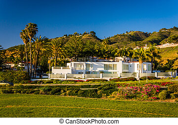 Modern house and hills in Rancho Palos Verdes, California.