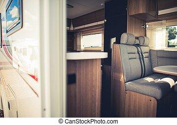 modern, kempingező furgon, belső