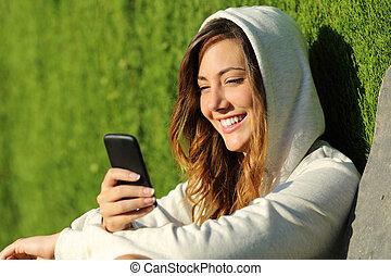 modern, liget, telefon, tizenéves, használ, leány, furfangos