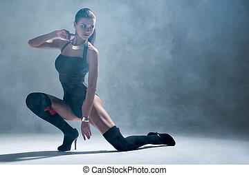 modern, stil, tänzer, posierend, auf, a, studio, grau, hintergrund, in, nebel