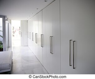 modern, weißes, langer, korridor, wandschrank, zeitgenössisch