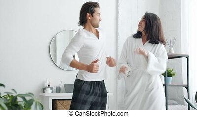 moderne, épouse, jeunesse, mari, actif, musique, apprécier, salle bains, danse