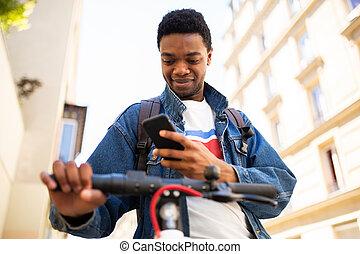 moderne, africaine, jeune, ville, homme, scooter, cellphone, américain
