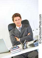 moderne, bureau, séance, bureau, homme affaires, portrait