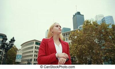 moderne, femme, ville, debout, réunion, endroit, métropole