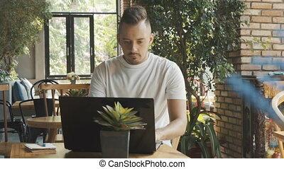 moderne, fonctionnement, ordinateur portable, travail, jeune, t-shirt, informatique, cafe., homme affaires, blanc, online., homme