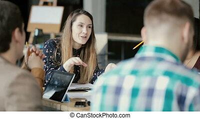 moderne, groupe, business, discussion, bureau, créatif, actif, team., course, brain-storming, mélangé, réunion, gens.