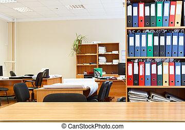 moderne, intérieur bureau, à, tables, chaises, et, bookcases., personne