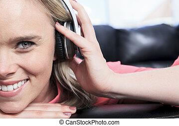 moderne, jeune, musique, séduisant, écoute, intérieur, girl