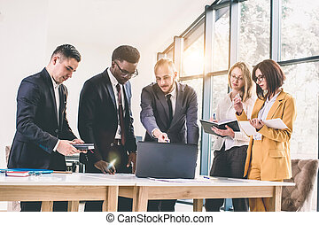 moderne, ordinateur portable, divers, lumière, tablet., intérieur, gens, groupe, fonctionnement, occupé, brain-storming, multiethnic, concept, démarrage, réunion équipe, bureau affaires