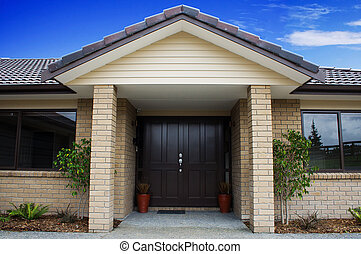 Voorkant woning ingang moderne deur. ingang deur vensters