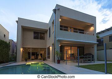 moderno, a casa exterior, en, anochecer