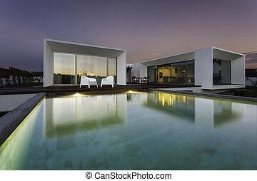 moderno, casa, con, jardín, piscina, y, cubierta de madera